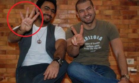 تامر حسني واشارة رابعة صورة تامر حسني يرفع اشارة رابعة العدوية