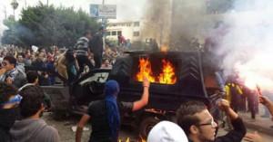 احراق سيارة شرطة 300x157 تفاصيل مظاهرات جامعة المنصورة اليوم 8 12 2013 و اشتباكاتهم مع قنوات الامن