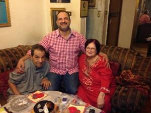 النجم خالد الصاوى يحتفل بعيد ميلاد والده فى حضور والدته 300x224 صورة والد و والدة خالد الصاوي اثناء احتفاله بعيد ميلاد والده ال77