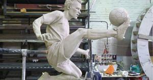 تمثال دينيس بيركامب 300x157 صورة تمثال بيركامب خارج استاد ارسنال ملعب طيران الامارات