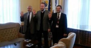 رئيس البوسنة يرفع شارة رابعة 300x157 صورة رئيس البوسنة يرفع شارة رابعة