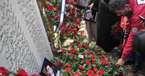 وقفة أسر الشهداء أمام النادى الأهلى اليوم1 300x157 صور النصب التذكاري لشهداء مذبحة بورسعيد الذي اقامه النادي الاهلي