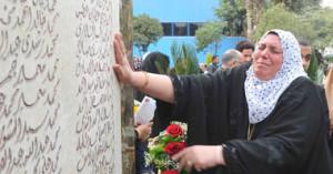 وقفة أسر الشهداء أمام النادى الأهلى اليوم2 300x157 صور النصب التذكاري لشهداء مذبحة بورسعيد الذي اقامه النادي الاهلي