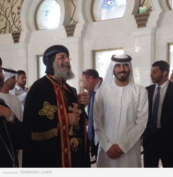 تواضروس بمسجد زايد تواضروس الثاني يدخل مسجد الشيخ زايد في الإمارات بالصليب .. صورة