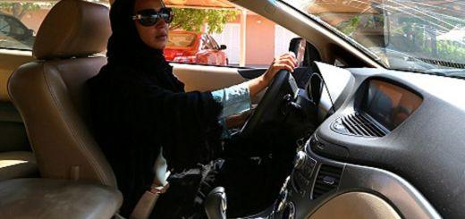 سيدة تقود سيارة في السعودية ضمن حملة اعتراضية في وقت سابق